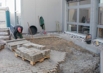 Mitarbeiter verlegt Steine